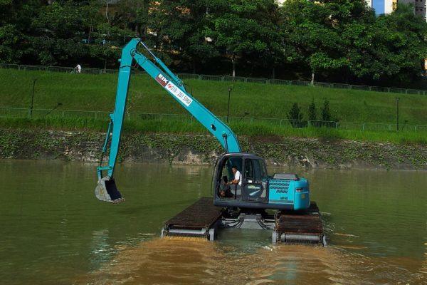 Kobelco SK130L/ AM140 Amphibious Excavator